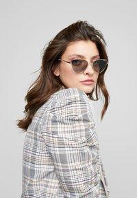 VOGUE Eyewear - Sluneční brýle - gold/grey - 1