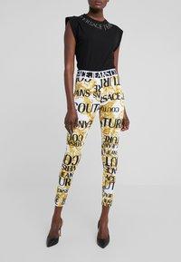 Versace Jeans Couture - Leggings - bianco ottico - 0