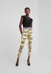 Versace Jeans Couture - Leggings - bianco ottico - 1