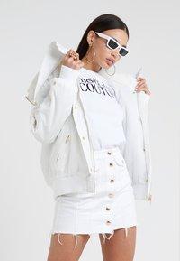 Versace Jeans Couture - T-shirt print - bianco ottico - 1