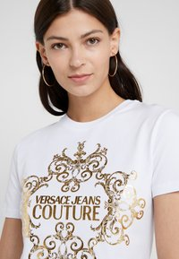 Versace Jeans Couture - T-shirt med print - bianco ottico - 5