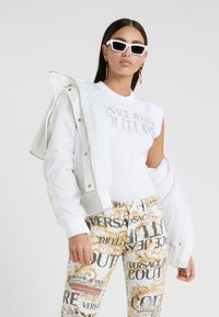 Versace Jeans Couture - T-shirt med print - bianco ottico - 1