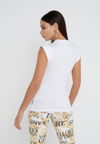 Versace Jeans Couture - T-shirt med print - bianco ottico - 2