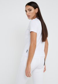 Versace Jeans Couture - T-shirt con stampa - bianco ottico - 2
