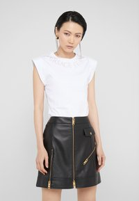 Versace Jeans Couture - T-shirt med print - bianco ottico - 0