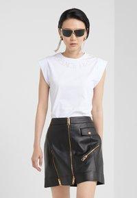 Versace Jeans Couture - T-shirt imprimé - bianco ottico - 1