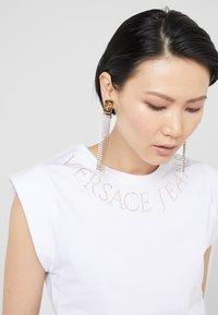 Versace Jeans Couture - T-shirt imprimé - bianco ottico - 5