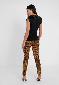Versace Jeans Couture - Pantalon classique - gold - 2