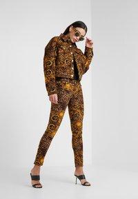 Versace Jeans Couture - Pantalon classique - gold - 1