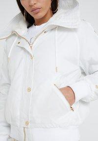 Versace Jeans Couture - Veste d'hiver - bianco ottico - 8