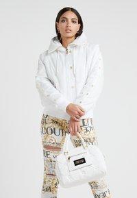 Versace Jeans Couture - Veste d'hiver - bianco ottico - 1