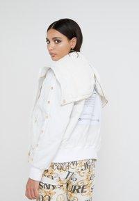 Versace Jeans Couture - Veste d'hiver - bianco ottico - 3