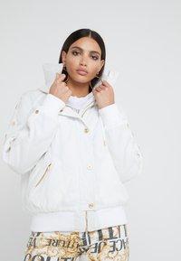 Versace Jeans Couture - Veste d'hiver - bianco ottico - 0