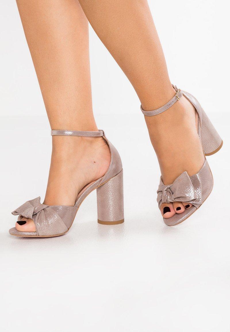 Yes I Do - DAISY - Sandaler med høye hæler - taupe