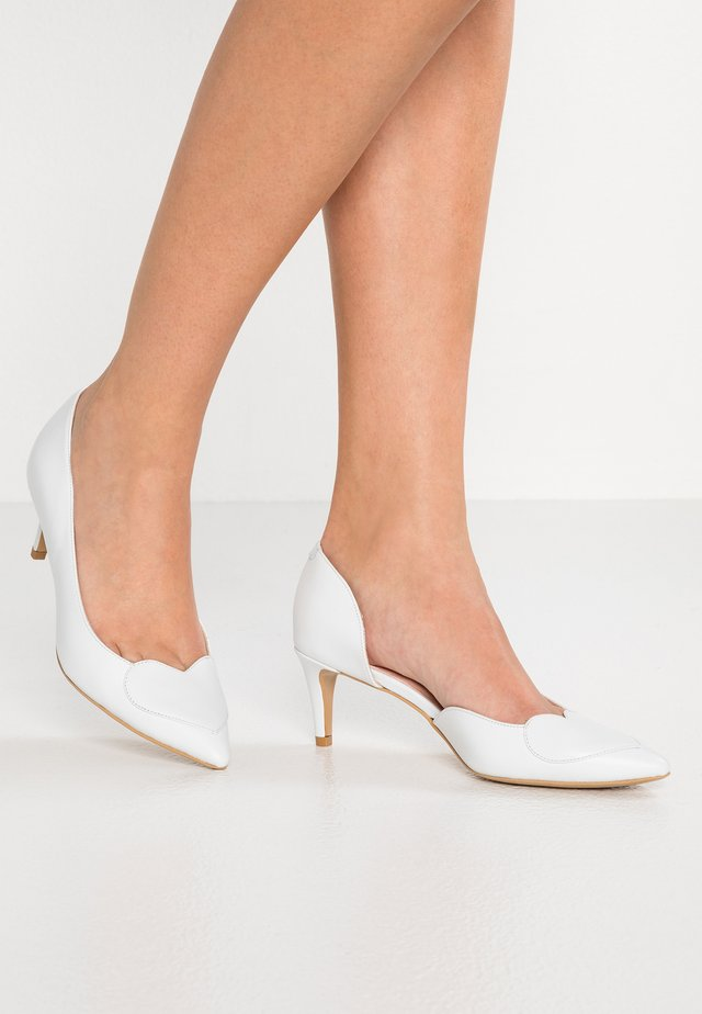 BIG HEART UP - Classic heels - white