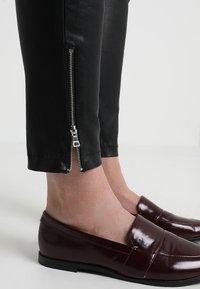 Ibana - HEARTY - Pantalón de cuero - black - 5