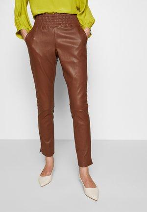 COLETTE - Pantalón de cuero - brown