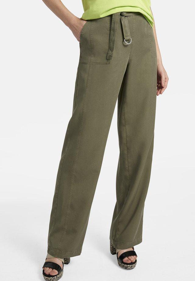 MIT BINDEGÜRTEL UND TASCHEN - Trousers - green