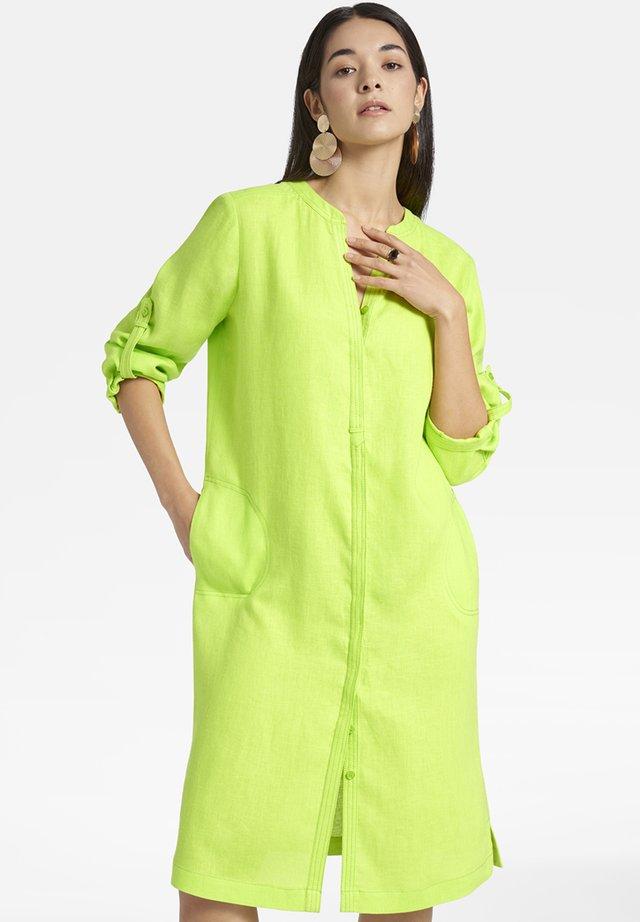 MIT DURCHGEHENDER KNOPFLEISTE - Shirt dress - light green