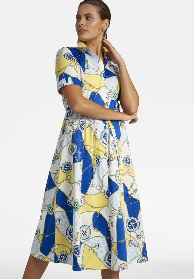 MIT MARITIMEM PRINT UND BINDEGüRTEL - Shirt dress - weiãŸ