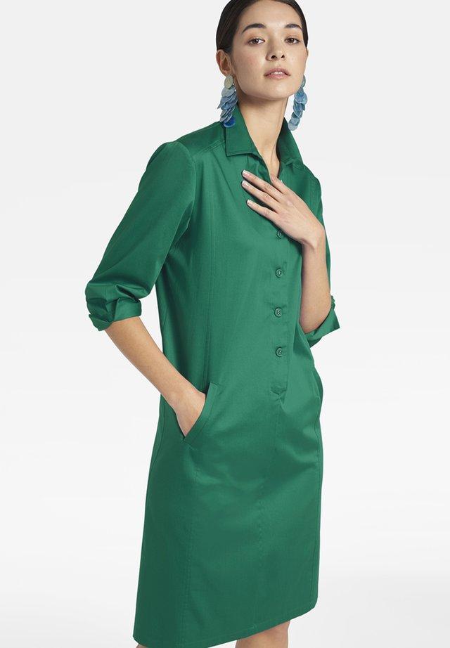 MIT KNOPFLEISTE UND HEMDKRAGEN - Shirt dress - grã¼n