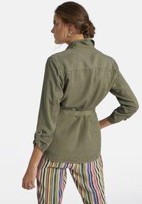 Basler - MIT UNIFARBIGEM DESIGN UND BINDEGÜRTEL - Summer jacket - green - 1