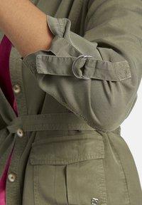 Basler - MIT UNIFARBIGEM DESIGN UND BINDEGÜRTEL - Summer jacket - green - 2