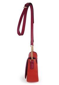 Basler - MIT MAGNETVERSCHLUSS - Across body bag - red - 4