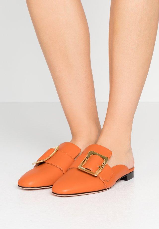 JANESSE - Mules - mandarin