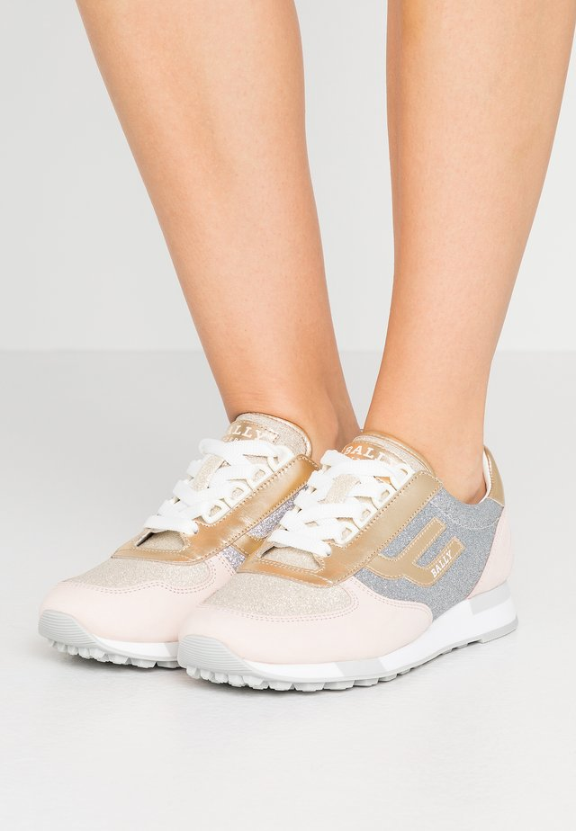 GAVINIA - Sneakersy niskie - lychee