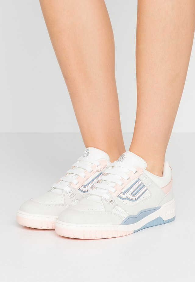 KUBA - Sneakers - white/lychee