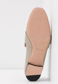 Bally - JANELLE - Pantolette flach - caillou - 6