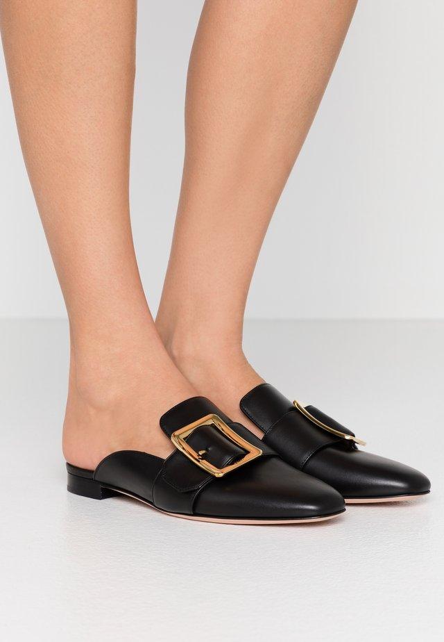 JANELLE - Pantolette flach - black