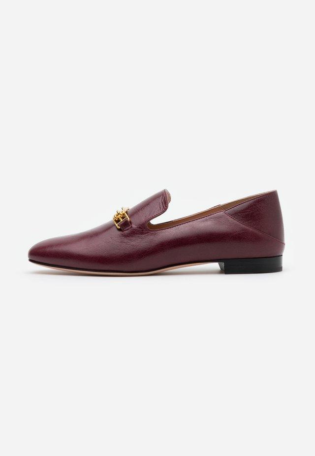 DARCIE FLAT - Nazouvací boty - shiraz