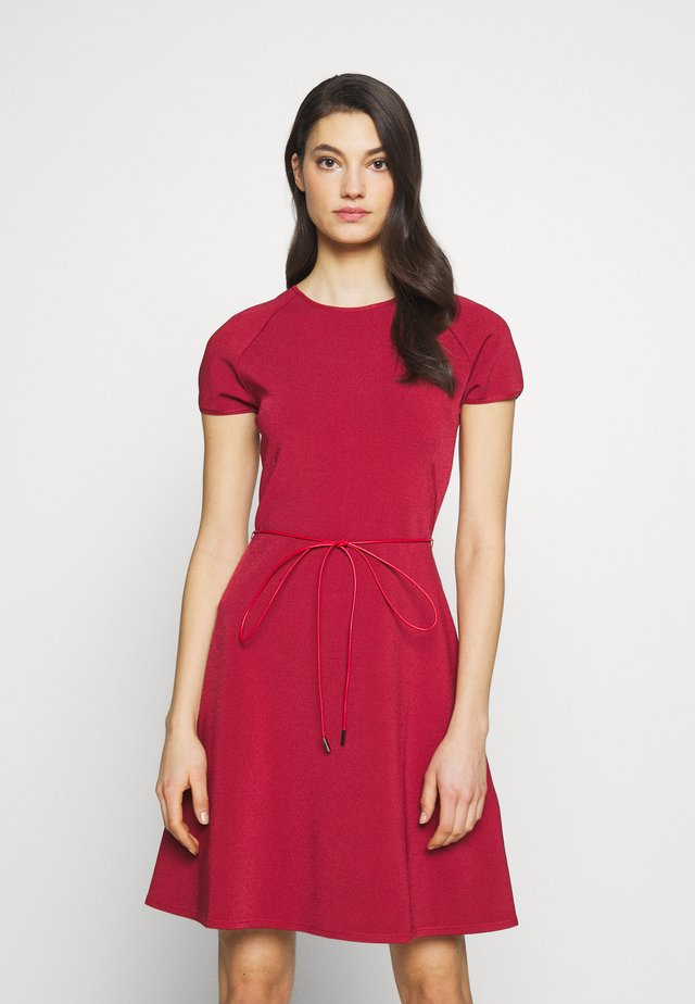 BELTED DRESS - Pletené šaty - red