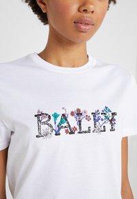 Bally - T-shirt med print - white - 4