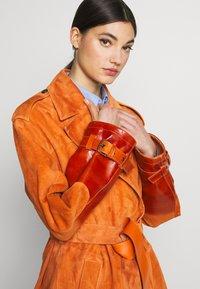 Bally - Trenchcoat - mandarino - 4