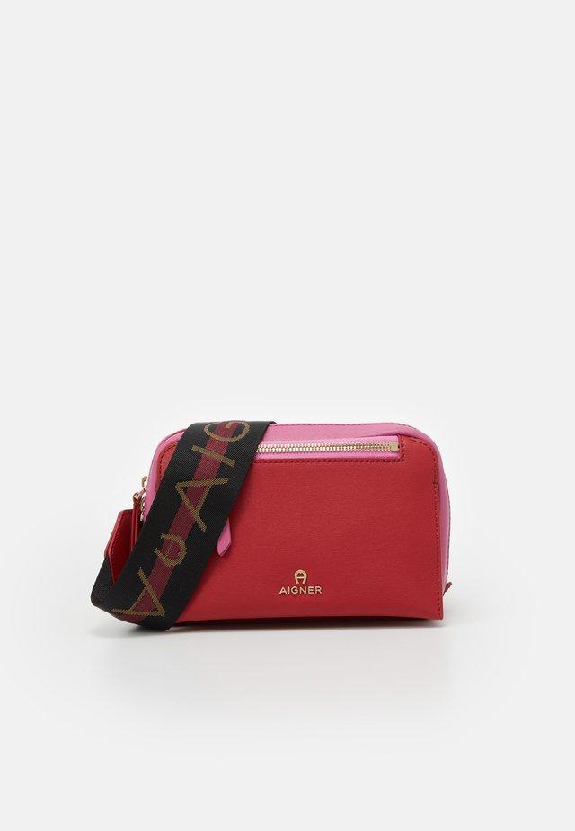 Taška spříčným popruhem - velvet cake red