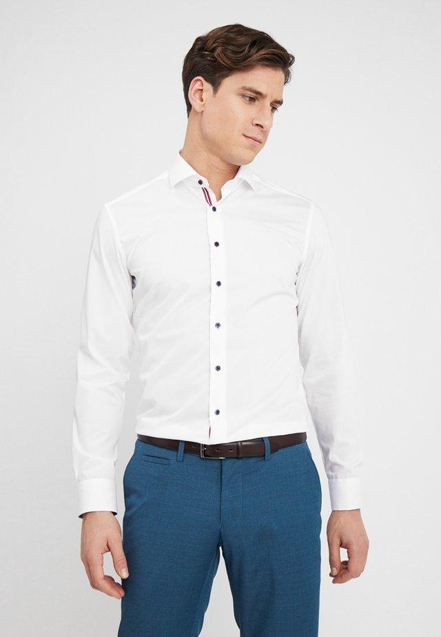 SLIM FIT HAI MIT PATCH - Hemd - white