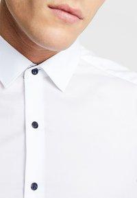 Eterna - UNI STRETCH SUPER SLIM MINI KENT - Finskjorte - white - 5