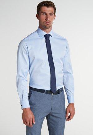 FITTED WAIST - Zakelijk overhemd - light blue