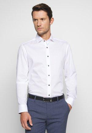 SLIM FIT KENTKRAGEN - Zakelijk overhemd - white