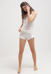 Hanro - PURE SILK - Unterhemd/-shirt - pale cream - 1