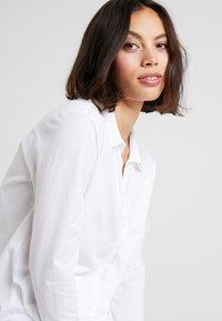 Hanro - DELUXE NIGHTDRESS - Noční košile - white - 3