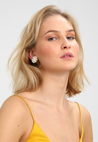 sweet deluxe - Boucles d'oreilles - silber/crystal/pearl - 1