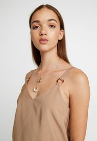 sweet deluxe - ADORATA - Necklace - gold-coloured/weiß - 1