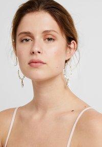 sweet deluxe - OHRSCHMUCK FELKA - Earrings - gold-coloured/natur - 1