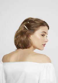 sweet deluxe - HAIR ACCESSORY 6 PACK - Hair styling accessory - gold-coloured/weiß - 1