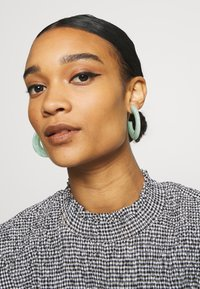 sweet deluxe - Earrings - emerald - 1