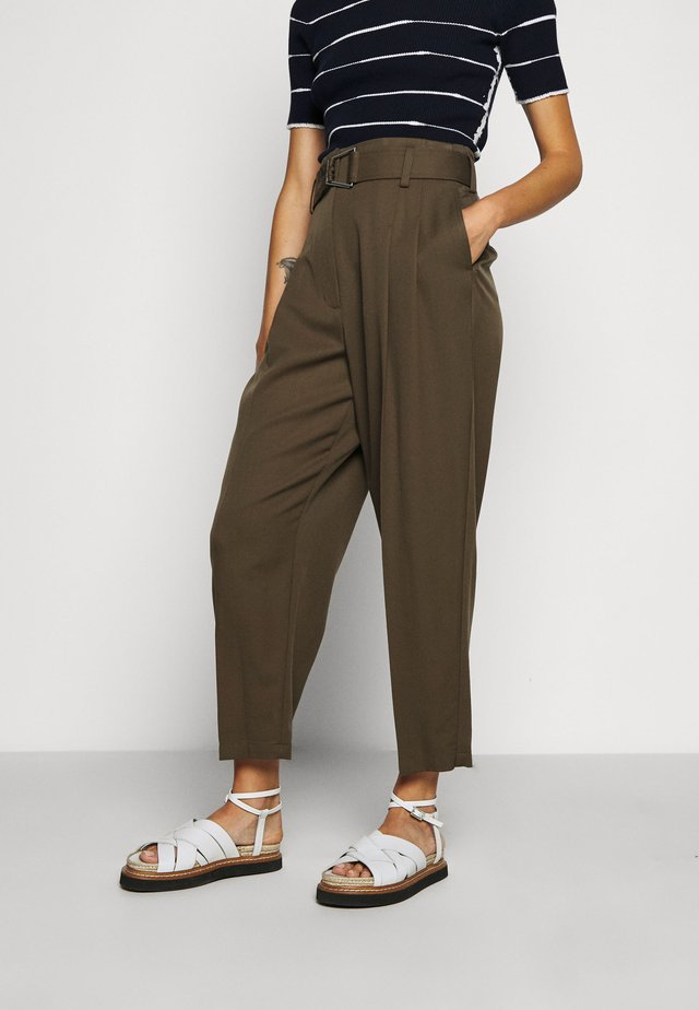 BELTED UTILITY PANT - Broek - fir green